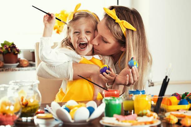 ovos de páscoa de colorir - familia pascoa - fotografias e filmes do acervo