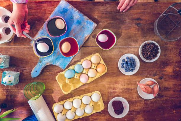 färg påskägg med naturliga färgämnen - coffe with death bildbanksfoton och bilder