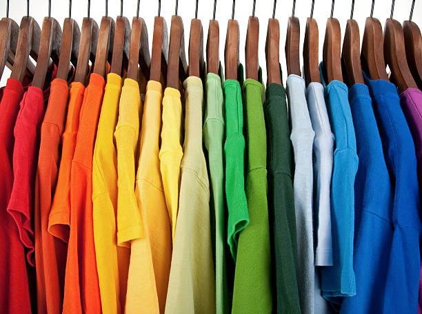 los colores del arco iris, ropa en perchas de madera - moda playera fotografías e imágenes de stock