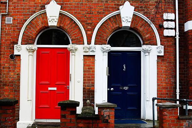 colorured portas - standing out from the crowd (expressão inglesa) - fotografias e filmes do acervo