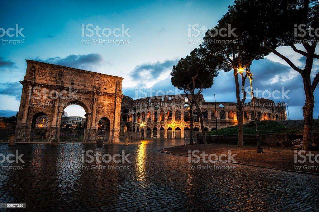 Coliseu e Arco de Constantino à noite - foto de acervo
