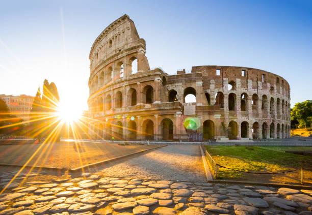 Coliseo en la salida del sol, Roma, Italia, Europa. Arena antigua Roma de las luchas de gladiadores. Coliseo de Roma es la señal más conocida de Roma e Italia - foto de stock