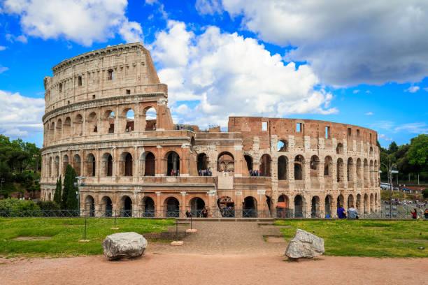 Coliseo con cielo azul y nubes, Roma. Panorama - foto de stock
