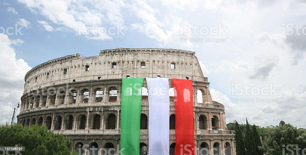 Colosseum con la bandera italiana, Roma, Italia - foto de stock