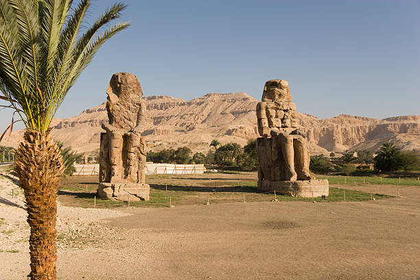 Colossi of Memnon Colossi of Memnon and the Mountain of the Valey of the Kings Behind valley of the kings stock pictures, royalty-free photos & images