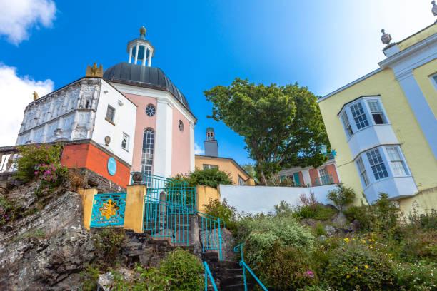 coloured buildings in portmeirion - caernarfon and merionethshire stockfoto's en -beelden