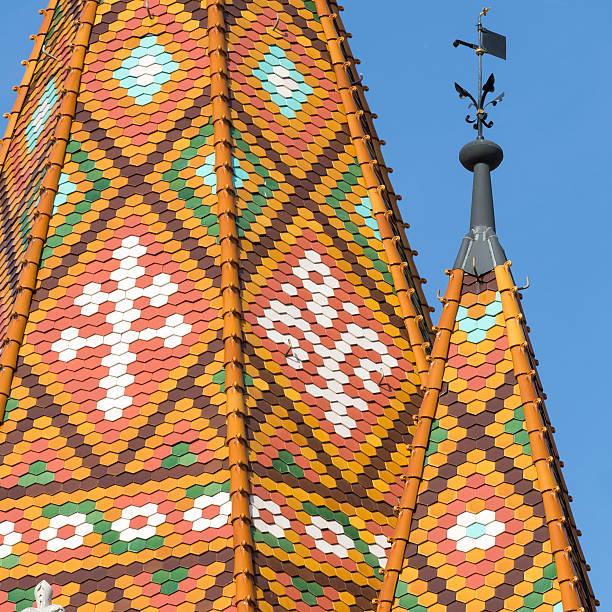 色のタイル屋根のマーチャーシュ教会のブダペスト - マーチャーシュ教会 ストックフォトと画像