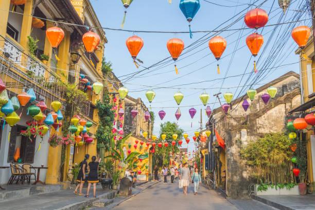 낮에는 호이안 고 도시 거리를 따라 다채로운 건축물과 등불을 - 호이안 뉴스 사진 이미지