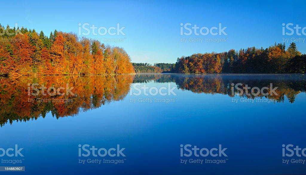 Bunte Herbst Wald spiegelt sich in den ruhigen See im Morgengrauen – Foto