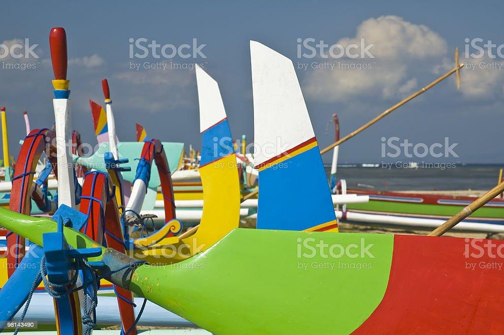 Fiocchi colorati e sterns di imbarcazioni da pesca in legno foto stock royalty-free