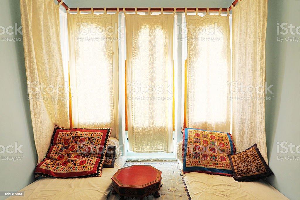 Tende Soggiorno Bianche : Colorato luminoso soggiorno con tende bianche e materasso india