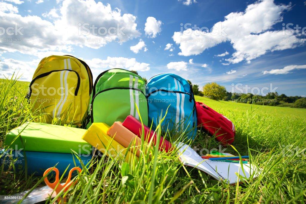 다채로운 어린이 schoolbags 야외 필드에 스톡 사진