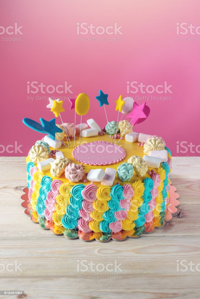 Bunte Kinder Kuchen Verziert Mit Marshmallows Und Baiser Stock