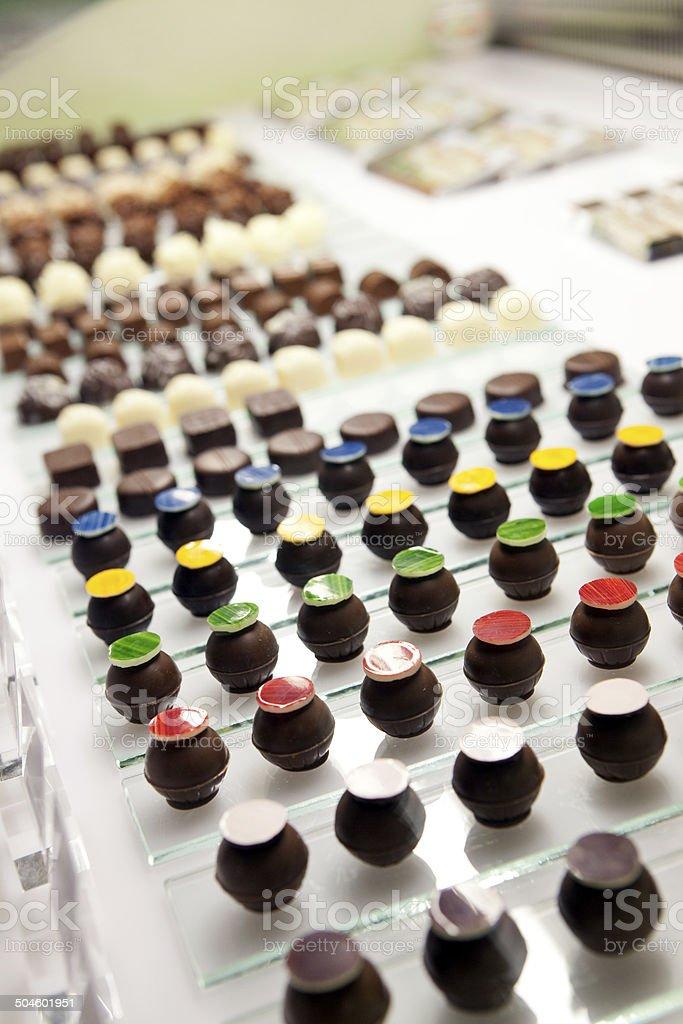 Bunte Schokolade ball auf Regal – Foto