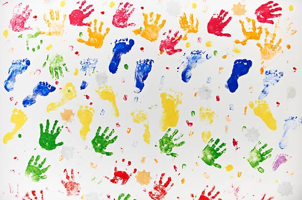 bunte design aus kind, die hand und fuß-muster - fingerfarben stock-fotos und bilder