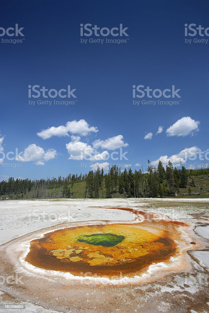 Coloridos geotérmica piscina in Yellowstone National Park Wyoming, EE.UU. foto de stock libre de derechos