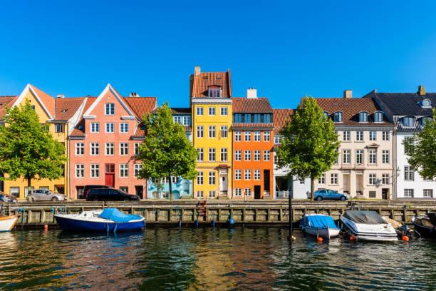 colourful houses along canal in copenhagen denmark - danimarca foto e immagini stock