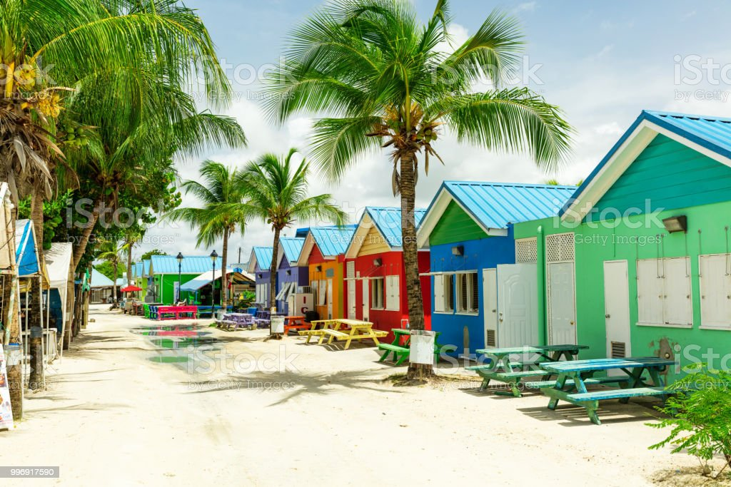 Casas coloridas sobre a ilha tropical de Barbados - foto de acervo