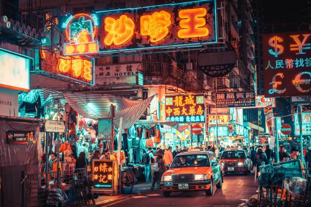 muestras de neón colorida de kowloon, hong kong, china - hong kong fotografías e imágenes de stock