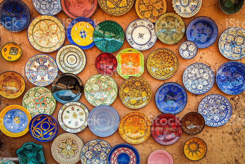 Colourful plates on sale – Foto