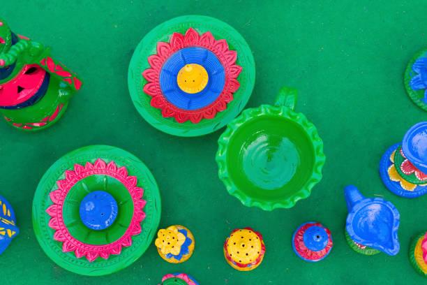 farbige töpfe - kunsthandwerk für ausstellung und verkauf - ein topf wunder stock-fotos und bilder