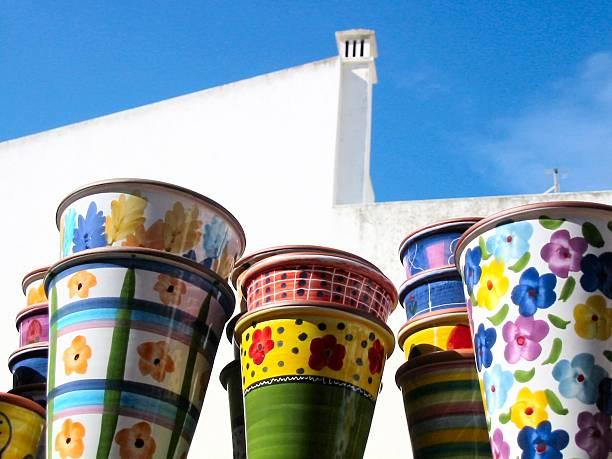 bunte keramik vor weißer wand - herpens stock-fotos und bilder