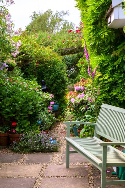 bunte sommer uk cottage garten grenze - der geheime garten stock-fotos und bilder