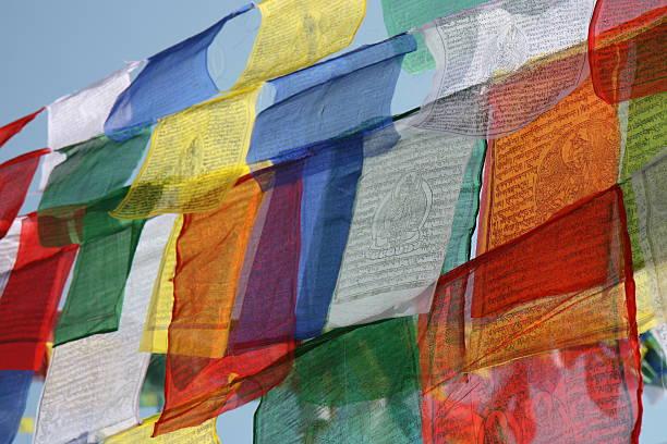 bunte tibetische gebet flags - nepal tibet stock-fotos und bilder