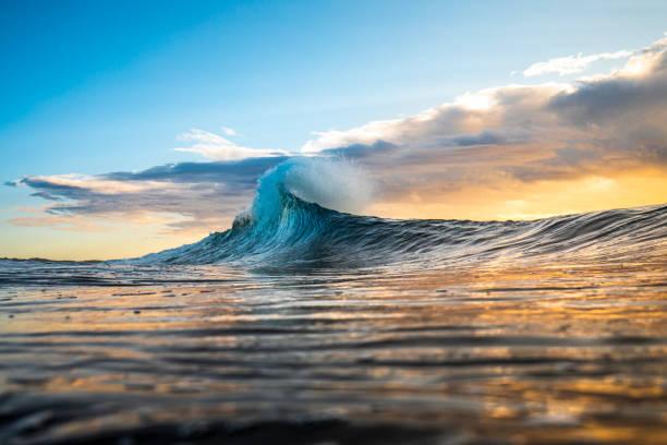 일출 폭풍과 함께 플레어로 피킹 다채로운 파도 - 바다 뉴스 사진 이미지