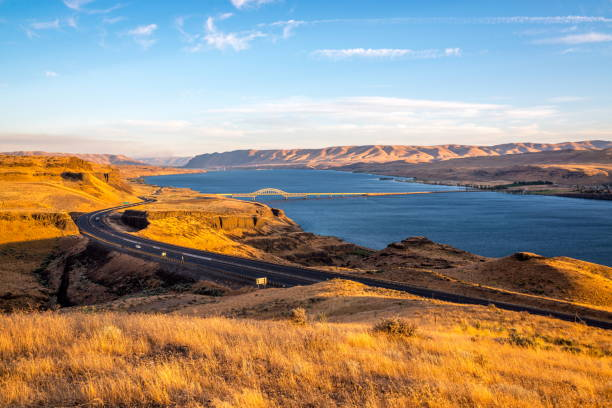 columbia river and vantage bridge i-90,wa - est foto e immagini stock