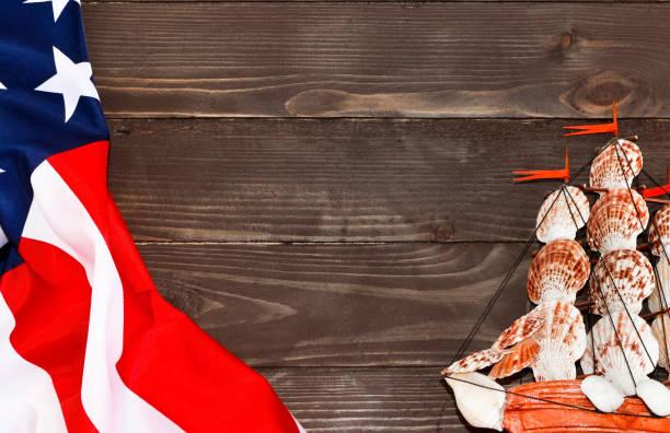 콜럼버스 데가 배경. 나무 배경 보트, 미국 플래그입니다.  정상에서 전망입니다. 광고를 장소. 템플릿입니다. - columbus day 뉴스 사진 이미지