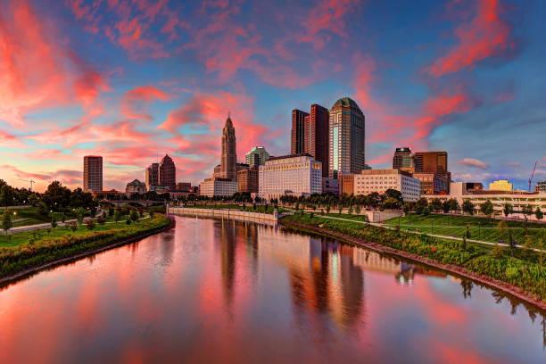 Columbus, Ohio cityscape Evening Columbus Ohio skyline along the Scioto River at dusk ohio stock pictures, royalty-free photos & images