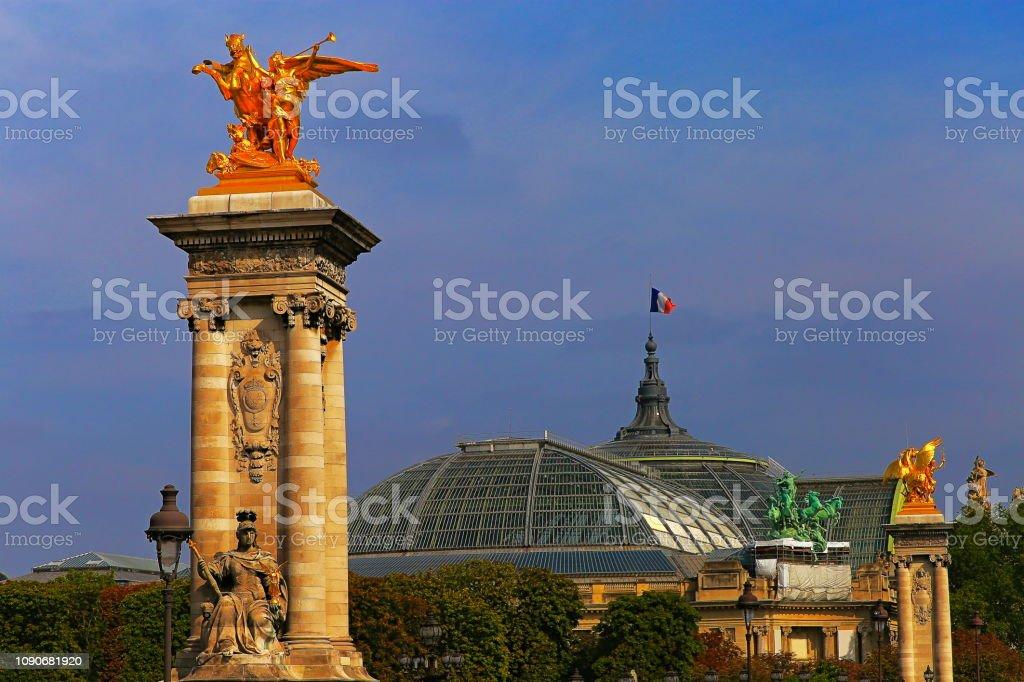 Colunas e detalhes dourados de Pont Alexandre III ao pôr do sol – Paris, França - foto de acervo