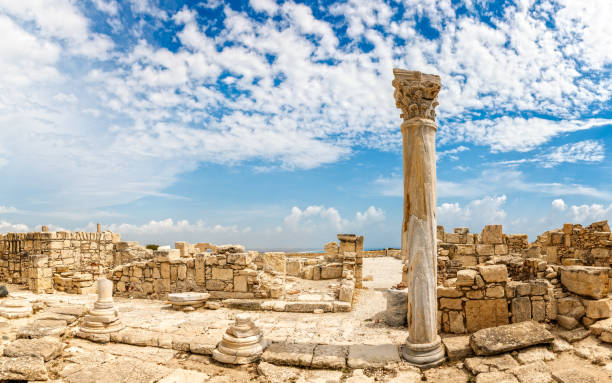 kolommen en de ruïnes van oude kourion met wolken en blauwe hemel, episcopi, cyprus - unesco stockfoto's en -beelden