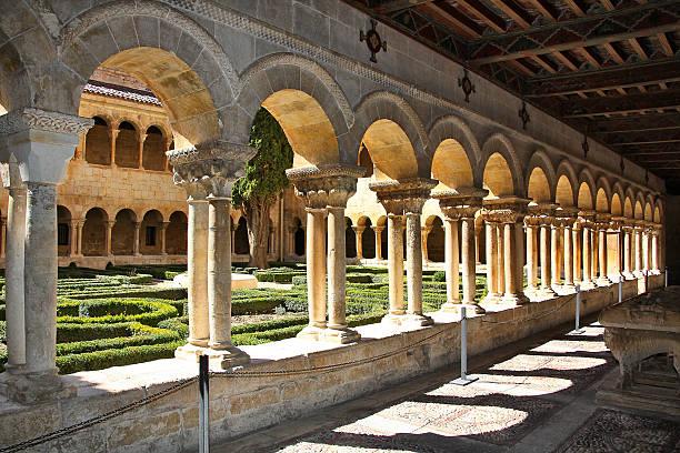 columnas monasterio de silos en españa - burgos fotografías e imágenes de stock