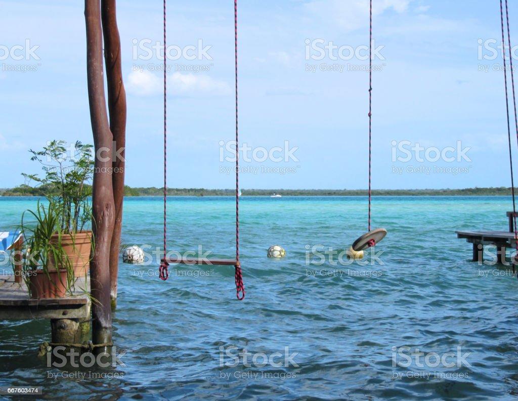 Columpio en la laguna stock photo