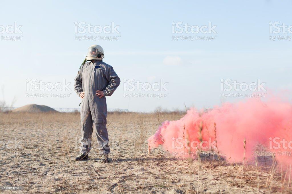 piloto de combate de sinalização para resgate com bomba de fumaça em área deserta - foto de acervo