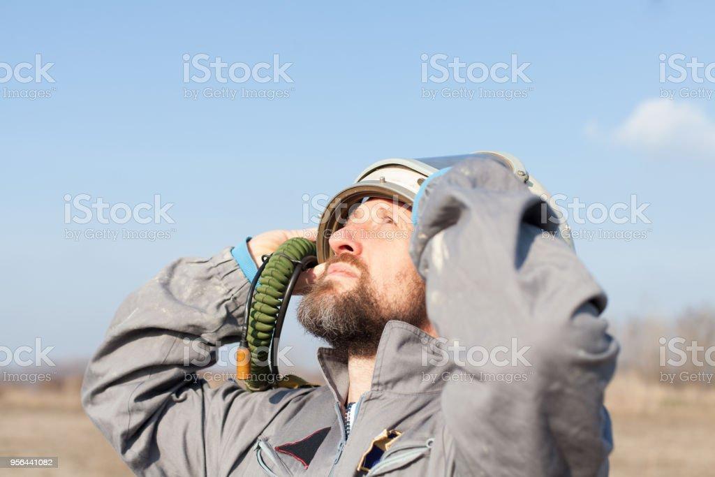 piloto de combate esperando por resgate em área deserta - foto de acervo