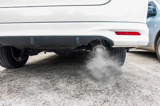 Combustión De Humos Que Sale Del Tubo De Escape Coche Concepto De Contaminación Del Aire Foto de stock y más banco de imágenes de Antihigiénico
