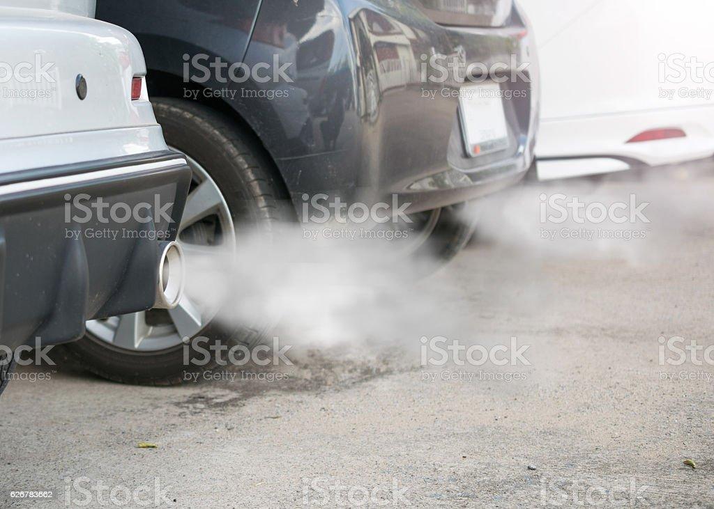 Gases de combustión salen del tubo de escape auto - foto de stock