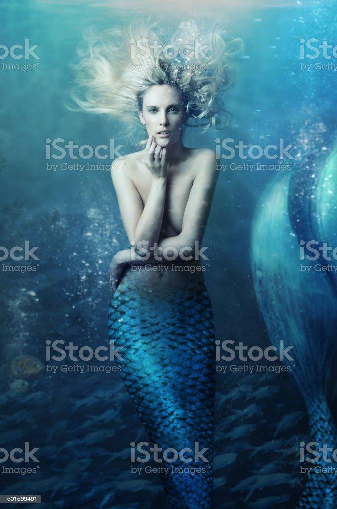 Venga y únase a mí bajo las olas. - foto de stock
