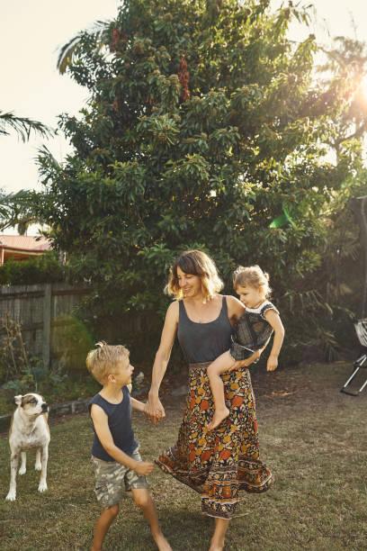 come on, mom! - mãe criança brincar relva efeito de refração de luz imagens e fotografias de stock