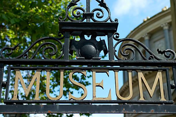 besuchen sie das museum - europäische währung stock-fotos und bilder