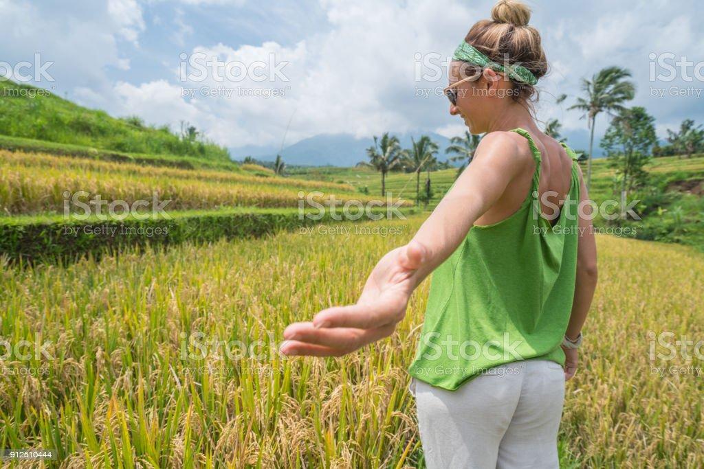 Ven Conmigo Mujer Joven Invita A La Terraza De Arroz En Bali Indonesia Foto De Stock Y Más Banco De Imágenes De 20 A 29 Años