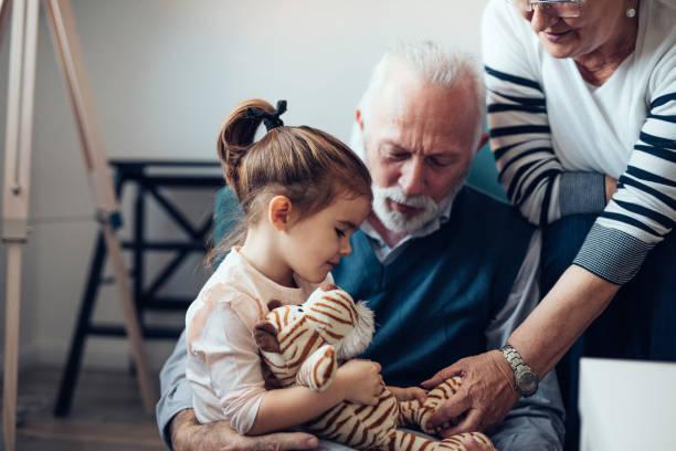 快適さと彼女の祖父母からケア - 祖父母 ストックフォトと画像