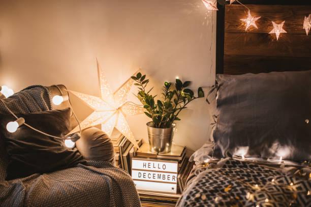 trost und freude - schlafzimmer beleuchtung stock-fotos und bilder