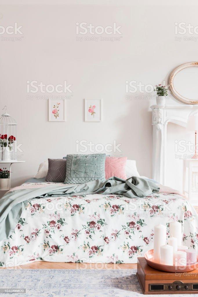Ein Bequemes Bett Mit Einer Tagesdecke Rosenmuster Und Flauschige