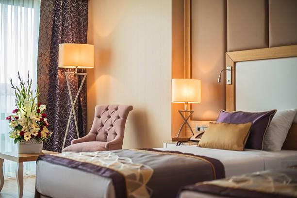 komfortable schlafzimmer - schlafzimmer beleuchtung stock-fotos und bilder