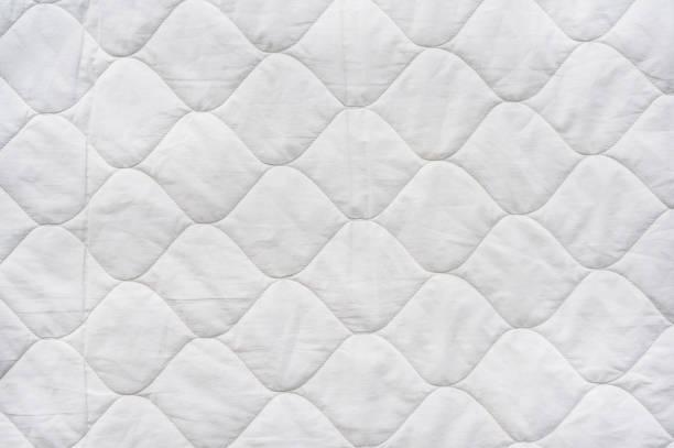 bequeme matratzenauflage für bettwäsche - patchworkstoffe stock-fotos und bilder