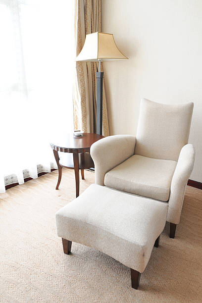 komfortables sofa und möbel-xl - moderner dekor für ferienhaus stock-fotos und bilder
